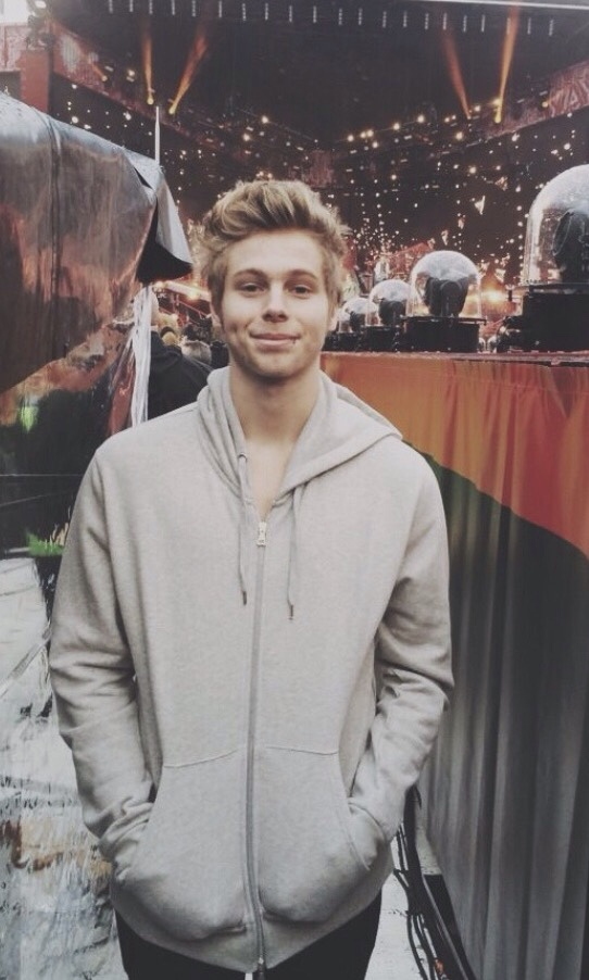 Luke Hemmings Wallpaper Tumblr 5sos, boy, girl, love,...