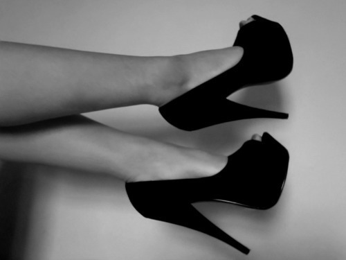 black and white, cute, fashion, girl, moda, photography, sexy, shoes, vintage, woman