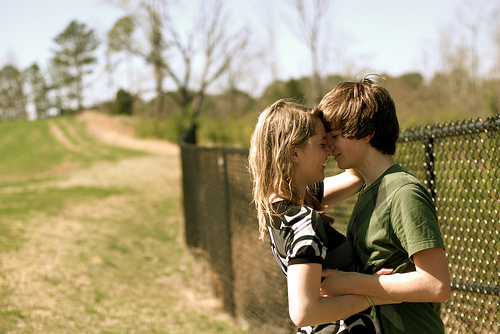 blonde, boy, couple, girl, kiss, love, smile, young, zakochani
